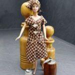 Eine Kittelschürze für Barbie? Zu kaufen gibt es die natürlich nicht. Eigens für sechs+sechzig hat Leserin Hanne Dehn das Stück angefertigt. Womit bewiesen ist, dass man auch in einem altmodischen Kleidungsstück eine gute Figur machen kann. Foto: Michael Matejka