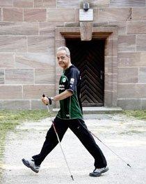 Peter M. Endres hält sich mit Nordic Walking fit – hier an der Alten Veste in Zirndorf. Foto: Roland Fengler
