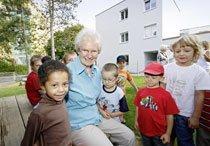 »Kinderlärm macht mir Freude«, sagt Rita Schreyer. In der Wohnanlage am Erlanger Stadtrand fühlt sie sich wohl. Foto: Michael Matejka