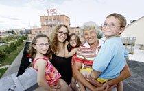 Verena Grosam mit ihren Kindern Enya, Mia und Janick und Mitbewohnerin Herta Juhas finden das Prinzip des »anders Wohnen« einfach genial. Foto: Michael Matejka