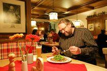 Ältere Gäste bestellen oft ganze Portionen und lassen was übrigbleibt einpacken. Foto: Mile Cindric