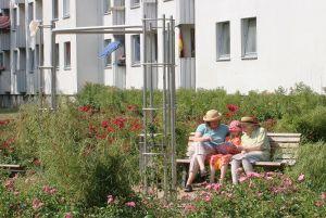 Städtebauer sollten berückschtigen, dass ältere Menschen mehr Schatten benötigen als jüngere, da ihr Hitzeempfinden mit den Jahren nachlässt. Das fanden Forscher jetzt heraus. Foto: epd