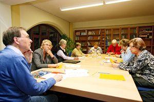 Dr. phil. Dipl.-Psych. Siegfried Lehrl (links) beim Vortrag mit Teilnehmern der Interessengruppe Gedächtnis im Dreicedernhaus in Erlangen. Foto: Mile Cindric