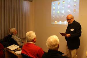 Burkhard Kohler zeigte den Teilnehmern seines Kurses, wie sie mit dem iPad Apps nutzen können. Foto: Petra Nossek-Bock