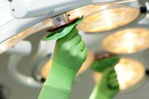 """Es gibt verschiedene Möglichkeiten, Krampfader-Operationen durchzuführen. Manche sollen schonender sein, als das bewährte """"Strippenziehen"""". Foto: epd"""