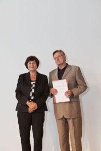 Christa Stewens überreicht  Prof. Alexander Kurz den Preis für die Publikation der Deutschen Alzheimer Gesellschaft. Foto:: AOK Bayern