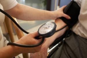 Für viele ein leidiges Thema: der Blutdruck und sein Eigenleben. Foto: epd