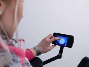 Mit Hilfe des Zusatzmoduls des AST verbindet sich der Rollstuhl per Bluetooth mit Smartphone, PC, TV oder der Spielkonsole. Foto: Fraunhofer IOSB/AST, Martin Käßler
