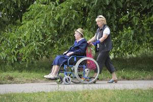 Nur das Beste für die Angehörigen - aber wo findet sich das? Worauf muss man bei Pflegeverträgen überhaupt achten? Antworten auf all diese Fragen liefert eine neue Hotline. Foto: epd