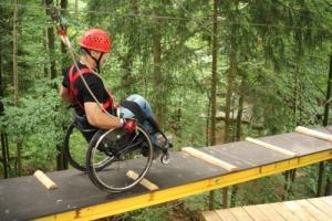 So sieht es aus, wenn der Rollstuhl mit in den Hochseilgarten kommt. Foto: Grenzenlos/Oberösterreich Tourismus