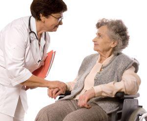 Eine Broschüre gibt Tipps, wie man bei demenzpatienten erkennt, ob sie unter Schmerzen leiden. Foto: Alexander Raths_Fotolia