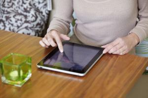 Die komplette Krankengeschichte jederzeit auf dem Tablet - eine App für die digitale Patientenakte macht's möglich. Foto: epd