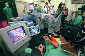 Häufig bleibt nur eine Operation wie hier an der Berliner Charité mit Hilfe des Tele-Montorings.  Jetzt zeigt ein neues Medikament gute Wirkung bei Prostatakrebs. Foto: epd