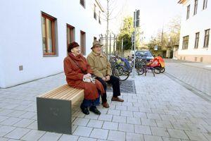 Die barrierefrei umgebaute Wasserturmstrasse in Erlangen mit Sitzgelegenheit im Vordergrund. Foto: Mile Cindric