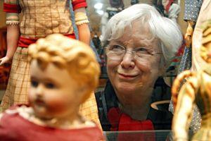 Im Nürnberger Spielzeugmuseum fühlt sich Ulrike Mascher wohl. Weitere Tipps zum Glücklichsein gibt es auf der inviva. Foto: Michael Matejka