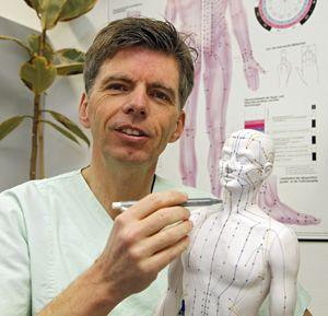 Dr. Dirk Risack rückt Dauershcmerzen mit Bewegung zu Leibe. Foto: Michael Matejka