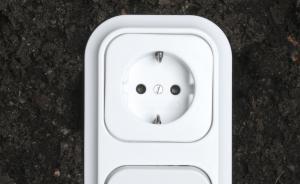 Nicht immer kommt der Strom in gleicher Qualität - sprich Spannung - aus der Dose. Foto: epd