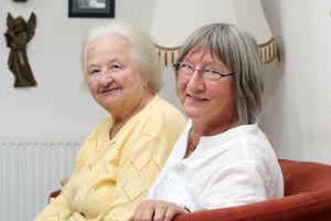Friederike Hluchy (rechts) beim Besuch von Frau S. (links). Beide verbindet eine ungewöhnliche Hilfsgemeinschaft. Foto: Mile Cindric