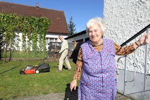 Ehrenamtlicher Helfer Mathias Abbé beim Rasenmähen im Garten von Marianne Mirschberger (rechts) in Hausen. Foto: Mile Cindric