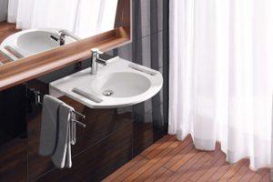 Die seitlichen Ausschnitte am Waschbecken sind nicht nur apart. Sie geben auch Halt. Foto: VDS