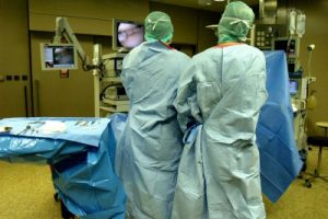 Öffnen Ärzte einen Teil der Schädeldecke eines Schlaganfall-Patienten, können sie so den Druck vom Hirn nehmen. Foto: Martin Büdenbe, Pixelio.