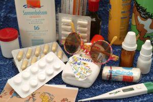 Bei Medikamenten sollte man das Verfallsdatum prüfen, bevor man sie in die Reiseapotheke packt. Foto: epd