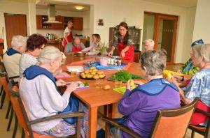 In der Gruppe macht das Kochen Spaß, selbst man manche Zutat vergessen hat. Foto: Diakonie