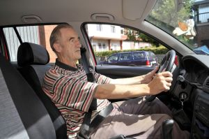 Gerade für ältere Menschen auf dem Land ist es schwer, das Autofahren aufzugeben. Das bestätigt jetzt eine Studie. Foto: epd