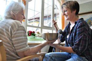 Klangmassage für Demenzpatienten. Foto: epd