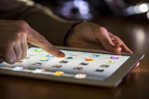 Ganz selbstverständlich zum Alltag dazu gehört für viele der Griff zum Tablet. Foto: epd