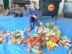 """Szene aus dem Dokumentarfilm """"Taste the Waste"""" (Schmeck' den Müll). Foto: epd"""