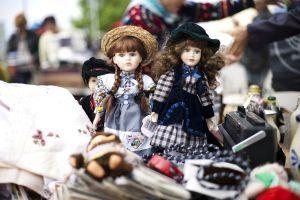 Puppen auf einem Flohmarkt