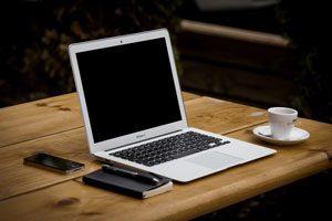 Nicht nur die Geräte sind echtes Geld wert - auch der Zugang zu Geldwegen. Smartphones und Laptops sollte man also keinesfalls unbeobachtet herumliegen lassen. Foto: Pixabay