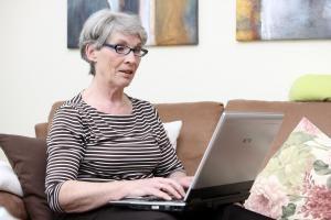 Gerade Frauen suchen oft Rat in Gesundheitsfragen im Internet. Foto: epd