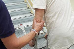 Vor allem die linke Körperhälfte bereitet nach einem Schlaganfall oft Probleme. Foto. epd
