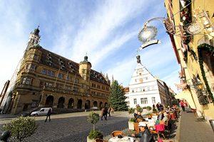 Cafè-Szene am Marktplatz. Links das Rathaus, in der Mitte die Ratstrinkstube mit der Touristinformation. Foto: Mile Cindric
