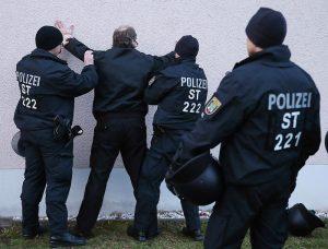 Wenn die Polizei eingreift, kann das Geld schon weg sein. Foto: epd