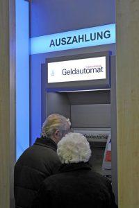 So hätte es die Postbank gerne, aaber bitte kein Papierkram mehr. Foto: epd