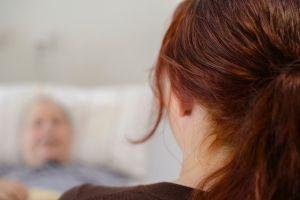 Sterbebegleitung heißt auch, Zeit haben. Das sollte ein neues Gesetz unterstützen, meint die BAGSO. Foto: epd