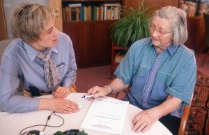 Bevor man in eine Pflegeimmobile, z.B. im Betreuten wohnen investiert, sollte man sich gut informieren. Foto: epd