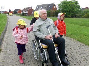 Glücklich kann sein, wer so viele Enkel hat, die sich um Opa kümmern. Foto: epd
