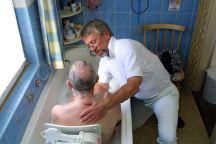 Oft kann man Anghörige nur mit Hilfe von Hilfkräften pflegen. Foto: epd