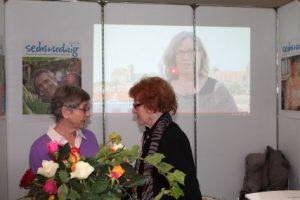 Zwei Mitarbeiterinnen des Magazins sechs+sechzig, Brigitte Lemberger (li.) und Marieluise Schumann - im Hintergrund die Vorsitzende, Petra Nossek-Bock. Foto: Büschel