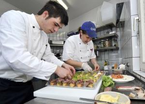 Lehrjahre sind keine Herrenjahre: Die Küchenchefin zusammen mit einem Auszubildenden am 11.04.2010 im Schloss Hotel in Karlsruhe, Baden-Württemberg. Foto: epd-bild / Gustavo Alabiso