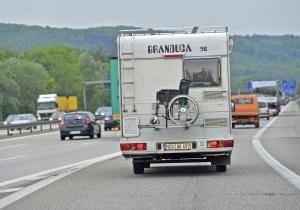 Ältere Führerscheininhaber haben in der Regel kein Problem mit schwereren Wohnmobilen. Foto: epd-bild / Gustavo Alabiso
