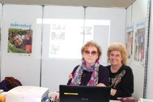 Steffi Braun und Marieluise Schumann, zwei Mitarbeiterinnen des Magazins sechs+sechzig am Stand des Magazins. Foto: Rainer Büschel