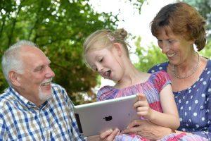 Das verstehen die Großeltern auch nicht mehr, wenn das hochbegabte Kind ihnen das i-pad erklärt. Foto: epd