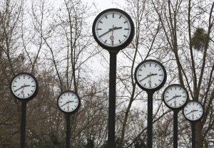 Das Uhrenfeld in Duesseldorf am 19.03.2016. Es wurde 1987 von dem Kuenstler Holger Luczak gestaltet und ist heute Teil des Volksgartens von Duesseldorf. Ob auf dem Kirchturm, am Bahnhof oder an der Straßenecke - oeffentliche Uhren, nach denen man einst die Taschenuhr stellte, wirken wie ein Relikt aus vergangener Zeit. Und doch stehen sie wie eh und je in vielen Staedten, sind Werbeflaeche, treue Weggefaehrten im Stadtbild oder Treffpunkt. Und manchmal ist ein Blick auf die große Uhr auch einfach praktischer, als das Smartphone aus der Tasche zu klauben. (Siehe epd-Feature vom 21.03.16)