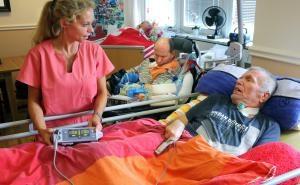 Eine Pflegerin der Essener Beatmungs-Wohngemeinschaft pflegebeduerftiger Menschen. Foto: epd /  Friedrich Stark