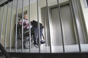 Für Rollstuhlfahrerin Claudia Reichelt ist es Millimeterarbeit, in ihrer Hamburger Wohnung vom Wohnzimmer ins Schlafzimmer zu gelangen. Foto: epd /  Beatrice Blank
